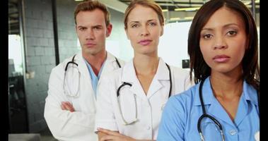 portret van staande artsen met gekruiste armen