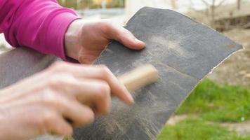molatura di assi di legno con carta vetrata