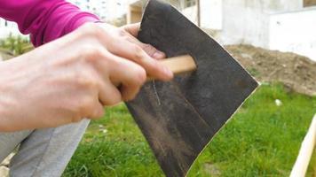 carteggiatura di tavolato in legno con carta vetro