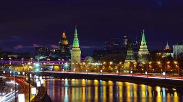 Russia notte luce Mosca Cremlino parete traffico baia strada 4K lasso di tempo
