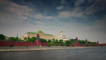 Russia giornata di sole Mosca Cremlino fiume baia baia traffico 4K lasso di tempo