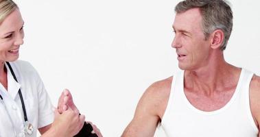 médecin examinant un homme poignet