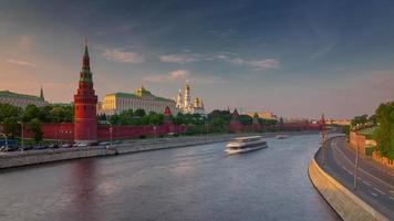 Russia Mosca fiume Cremlino parete acqua traffico tramonto panorama 4K lasso di tempo video