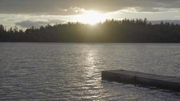 lago canadense ontário no verão, natação no pôr do sol