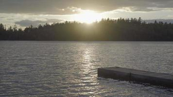 lago canadese ontario in estate deserto nuotare tramonto video