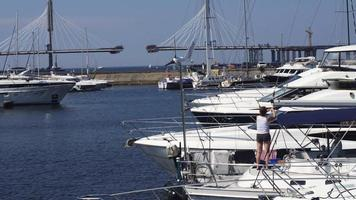 vista do porto com iates brancos em um dia ensolarado de verão. água Azul. natureza. costa