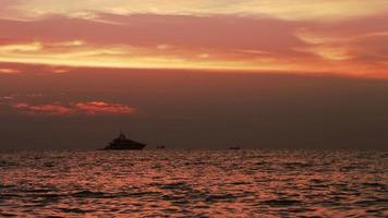 tramonto rosso e yacht video