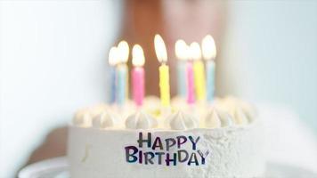 gâteau d'anniversaire avec bougies allumées