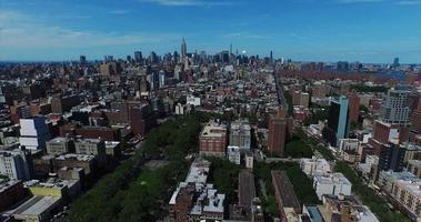 Toma aérea de Nueva York volando más allá de Central Park hacia el centro video