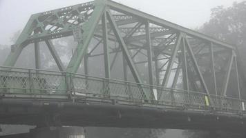 puente en la mañana brumosa