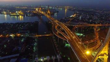 Vista aérea del puente Bhumibol al amanecer en Bangkok, Tailandia