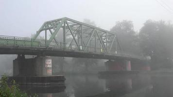 ponte sulla mattina nebbiosa