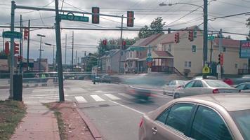 intersección de calles e hiperlapso del cielo