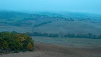 nevoeiro matinal denso nas colinas da Toscana. lapso de tempo uhd video