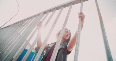 adolescente afro-americana séria em um ambiente urbano video