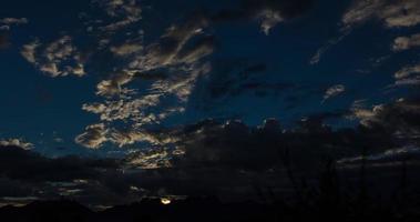 lever du soleil sur les montagnes laps de temps