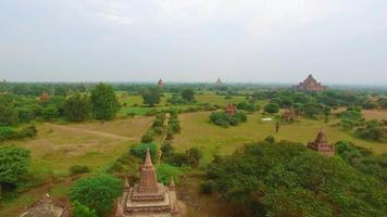 paisagem incrível de antigos templos bagan em myanmar. video