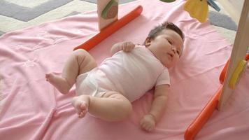 petite fille portant sur une couverture rose tourné au ralenti