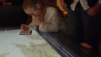chica en viaje al museo mira el mapa y toma notas tomadas en r3d