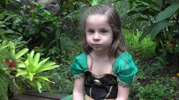 princesa triste no jardim de flores