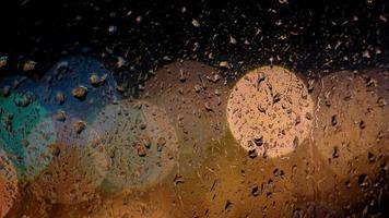 gotas de lluvia corriendo por el cristal de la ventana