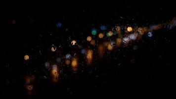 Gotas de lluvia cayendo sobre el cristal de la ventana