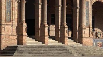 columnas y escaleras del palacio o biblioteca