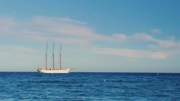 velero con tres mástiles en el mar