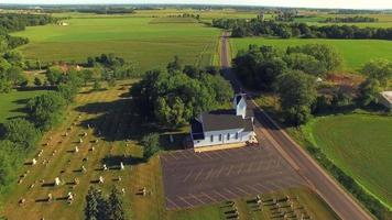 bela igreja rústica em ambiente rural, sobrevôo aéreo video