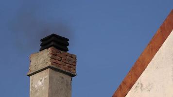 fumaça da chaminé de casa no dia de inverno video