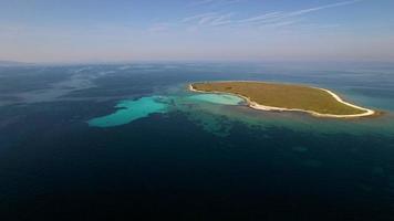 Vue aérienne - vue panoramique de la petite île de la mer