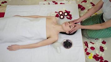 Fingermassage mit Öl im Beauty Spa