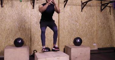 jovem praticando ginástica esporte cara agachado treino de ginástica, esportista malhando