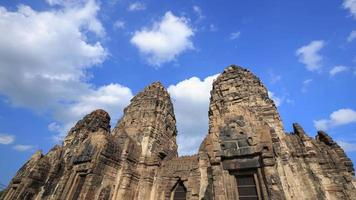 4 k time-lapse del tempio di phra prang sam yot, architettura antica a lopburi, thailandia
