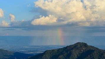 4 k time-lapse di nube con pioggia e arcobaleno sopra la montagna a khao kho, phetchabun, thailandia