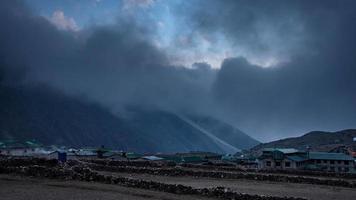 Cordillera del Himalaya en Nepal. Montaña Ama Dablam.