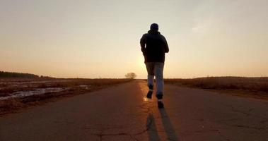 homem correndo na estrada