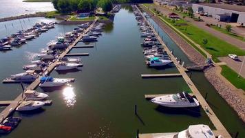 hermoso puerto deportivo lleno de barcos, vista aérea