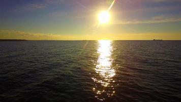 bel tramonto sulle acque del mare video
