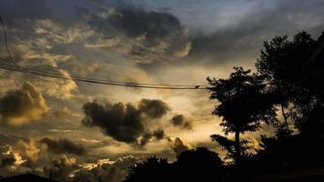 le nuvole che si muovono al tramonto video
