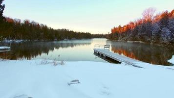 lago humeante en marzo, la luz del amanecer acaba de llegar video