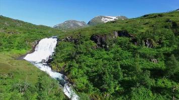 Fliegen über einem wunderschönen Wasserfall in Norwegen