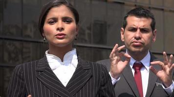 política falando com tradutora de linguagem de sinais