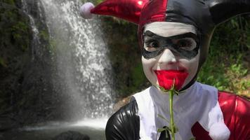 Bouffon cosplay féminin avec rose rouge