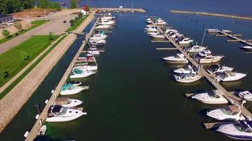 linda marina cheia de barcos, vista aérea video