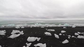 vista aerea della spiaggia di ghiaccio alla laguna glaciale di jokursarlon