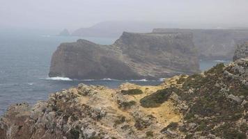 acantilados costeros en día brumoso