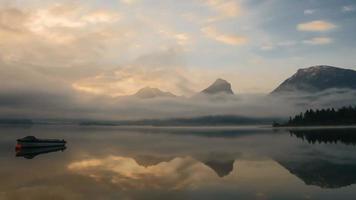 wolken en mist die over het meer bewegen