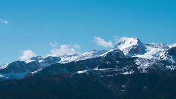 time-lapse van bergen in het vroege voorjaar