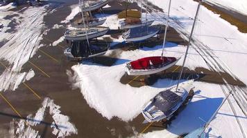 veleiros no armazenamento de inverno, marina congelada no inverno, viaduto aéreo